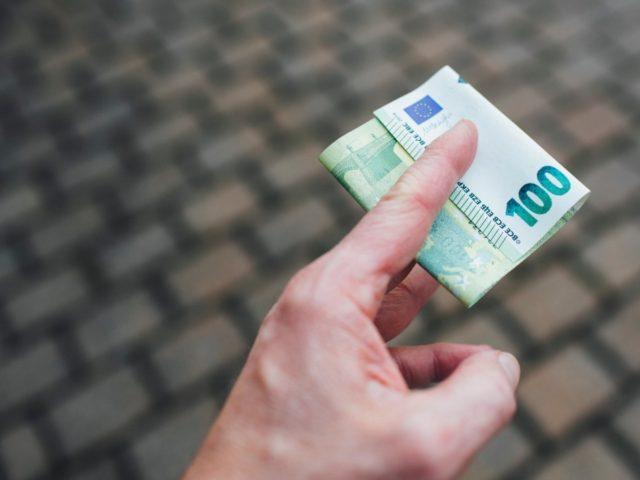ROME — Hundreds of thousands of Italians raced to apply for a 600-euro coronavirus bonus Wednesday, crashing the website for Italian social security (INPS).