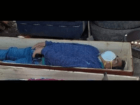 According to local police, the mayor of Tantarà, Jaime Rolando Urbina Torres, hid in a coffin and pretended to be a corpse when officers arrived to arrest him. A bizarre picture released by authorities shows him lying in an open casket with a face mask on, while his drinking buddies are …