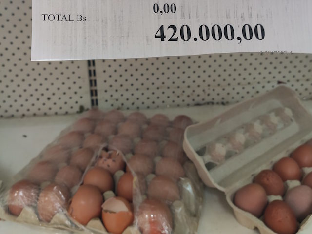 A carton of eggs in Venezuela, some of them broken, costs 420,000 bolivars ($2.27). The monthly minimum wage in the country is 400,000 bolivars ($2.16). Photo: Christian K. Caruzo.