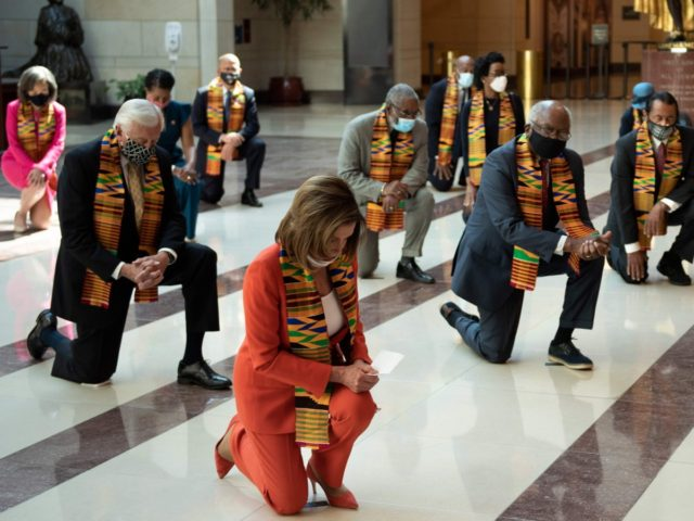 Democrats kneel (Brendan Smialowski / AFP / Getty)