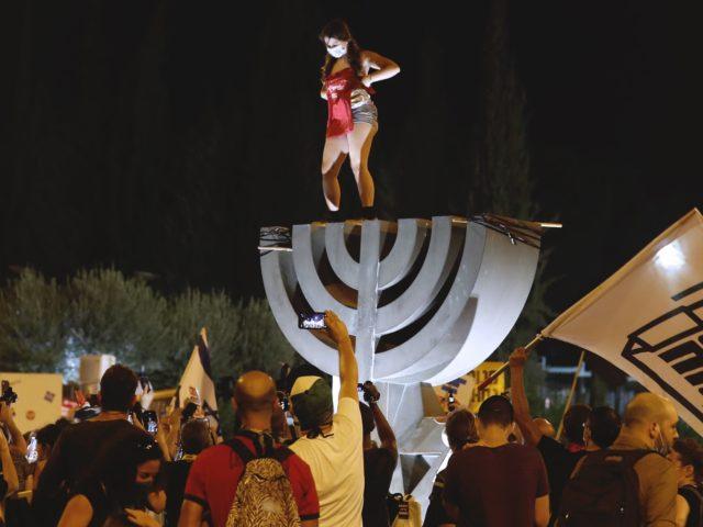 Anti-Netanyahu protest (Ahmad Gharabli / AFP / Getty)