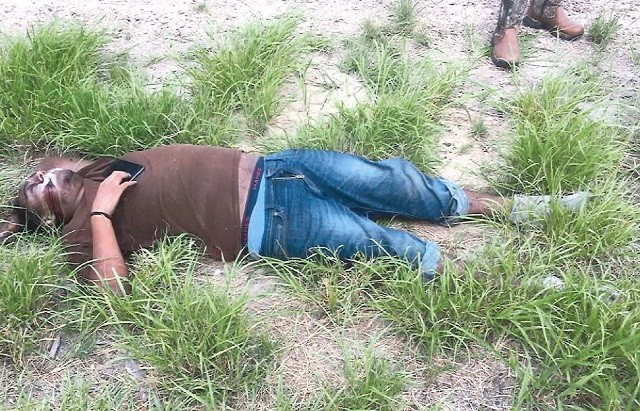 Brooks County Sheriff's Office deputies recover the body of a deceased migrant. (Photo: Brooks County Sheriff's Office/Deputy Jose Garcia)