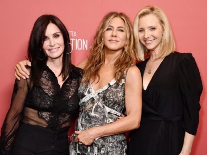 BEVERLY HILLS, CALIFORNIA - NOVEMBER 07: (L-R) Courteney Cox, winner of the 'Artists Inspiration Award' Jennifer Aniston and Lisa Kudrow attend SAG-AFTRA Foundation's 4th Annual Patron of the Artists Awards at Wallis Annenberg Center for the Performing Arts on November 07, 2019 in Beverly Hills, California. (Photo by Gregg DeGuire/Getty …
