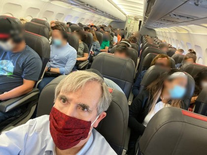 Democrat Senator to Introduce Bill to 'Ban the Sale of Middle Seats' on Flights Through Pandemic