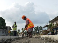 Sri Lankan road construction workers construction labourers works along a road in Colombo on August 5, 2018. - Sri Lanka's central bank on August 3 announced it had secured a $1 billion Chinese loan as the island, a key link in Beijing's ambitious Belt and Road initiative, develops closer relations …