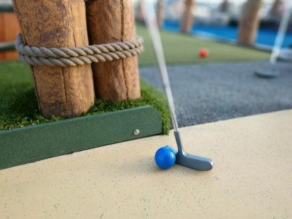 mini golf / putt-putt golf