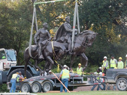 Workers remove a statue of a statue of Confederate general Robert E. Lee from Robert E. Lee Park in Dallas, Texas, on September 14, 2017. - Confederate monuments of Civil War figures, who fought against the Union Army in an attempt to preserve slavery, have become central to the debate …