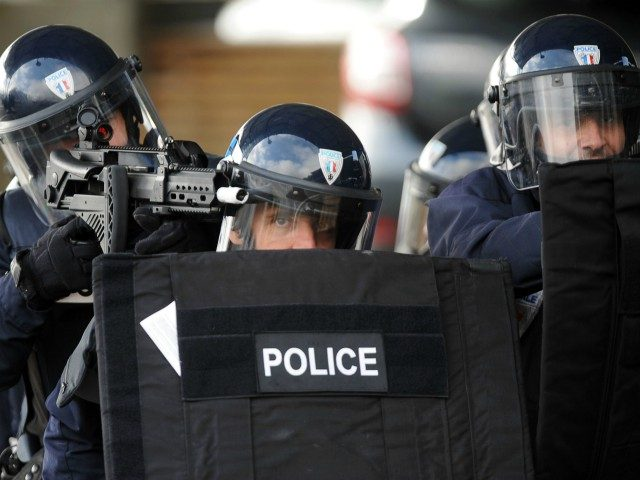 Police take part in a mock terror attack drill at the Zenith venue in Pau, southwestern France, on March 8, 2017. The Pyrenees-Atlantiques prefecture organised an attack simulation with interventions of several security forces and emergency response services as part of anti-terror measures. / AFP PHOTO / IROZ GAIZKA (Photo …