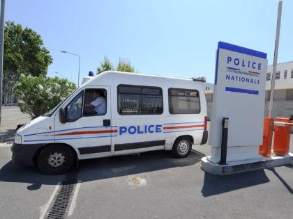 """Un fourgon de police sort du commissariat d'Avignon, le 28 juin 2011, où le principal suspect, """"source"""" présumée, dans l'affaire de la fuite du baccalauréat, se trouve toujours en garde à vue dans les locaux de la police judiciaire tandis que son fils l'est à Paris, selon des sources proches …"""