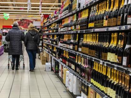 People shop for grocery on November 30, 2016 in a supermarket of Lille, northern France. / AFP / DENIS CHARLET (Photo credit should read DENIS CHARLET/AFP via Getty Images)