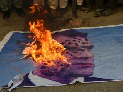 Muslims demonstrators burn a poster of French President Emmanuel Macron during a protest against Macron's comments over Prophet Mohammed caricatures, in Quetta on October 28, 2020. - Pakistans Prime Minister Imran Khan on October 28 wrote to the leaders of Muslim countries calling on them to act together against Islamophobia, …