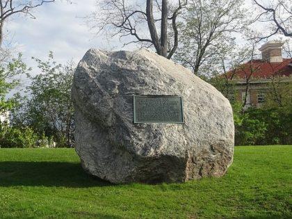 Racist Chamberlin Rock (Corey Coyle / Wikimedia Commons)