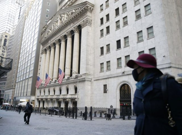 Wall St gains, Nasdaq hits record high as holiday shopping begins