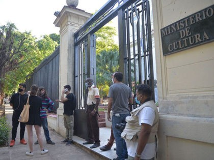 "A group of young intellectuals and artists remain at the doors of the Ministry of Culture during a protest in Havana, on November 27, 2020. - Some two hundred young artists are calling for ""a dialogue"" with the Ministry of Culture in Havana this Friday, after the police broke up …"