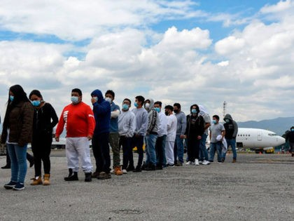 Guatemalan migrants deported from the United States, queue upon their arrival at the Air Force Base in Guatemala City on January 6, 2021. - During 2020, the United States expelled 21.057 Guatemalans by air, a considerably lower number than the 54.599 people deported during 2019, so far the record of …