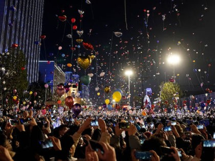 WUHAN, CHINA - JANUARY 1: (CHIHA OUT) People release balloons into the air to celebrate the new year on January 1st, 2021 in Wuhan, Hubei Province,China.Wuhan With no recorded cases of community transmissions since May 2020, life for residents is gradually returning to normal.(Photo by Getty Images)