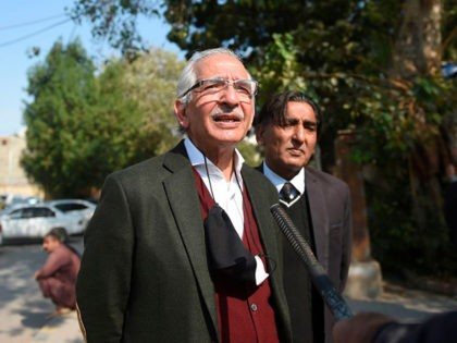 Mahmood Sheikh (L), lawyer of British-born militant Ahmed Omar Saeed Sheikh, speaks to media representatives after the high court ordered to release Omar Saeed Sheikh on the murder case of American journalist Daniel Pearl, outside the Sindh high court in Karachi on December 24, 2020. - A court in Pakistan …