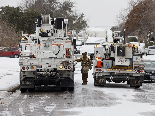 Oncor crews work to restore power to homes in Euless, Texas, Thursday, Feb. 18, 2021. (AP Photo/Michael Ainsworth)