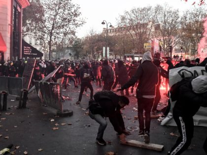 Demonstrators clashes with French riot police during a protest against the 'global security' draft law, which Article 24 would criminalise the publication of images of on-duty police officers with the intent of harming their 'physical or psychological integrity', in Paris, on November 28, 2020. - Dozens of rallies are planned …