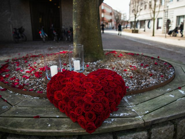 A heart-shaped bouquet of roses is placed in the main street of the city of Vetlanda on March 4, 2021, one day after a stabbing attack. - Three people are in life-threatening condition after a stabbing attack on March 3, 2021 that injured eight in the southern Swedish city of …