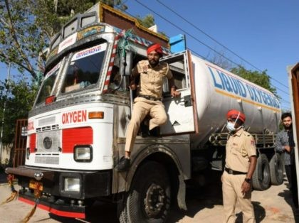 Police personnel prepare to escort a truck carrying medical liquid oxygen atthe Guru Nanak Dev hospital amid Covid-19 coronavirus pandemic in Amritsar on April 24, 2021. (Photo by Narinder NANU / AFP) (Photo by NARINDER NANU/AFP via Getty Images)