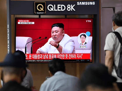 """People watch a television news broadcast showing file footage of North Korean leader Kim Jong Un, at a railway station in Seoul on September 25, 2020. - North Korean leader Kim Jong Un apologised on September 25 over the killing of a South Korean at sea, calling it an """"unexpected …"""