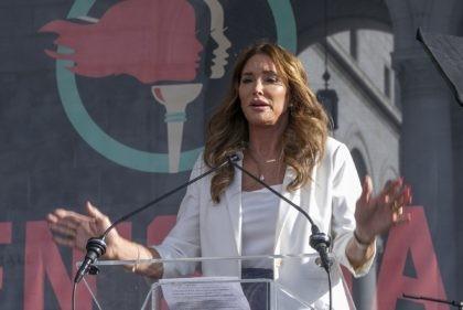 ARCHIVO - En esta foto del 18 de enero de 2020, Caitlyn Jenner habla en la cuarta Marcha de las Mujeres en Los Ángeles. Jenner y John Cox, republicanos ambos, están en campaña para revocar al gobernador demócrata de California, Gavin Newsom, y a la vez se disputan la gobernación. …