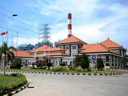 This picture taken on October 29, 2020 shows the Celukan Bawang 2 power plant in Singaraja on Indonesia's resort island of Bali. - Chinas plan to fund dozens of foreign coal plants from Zimbabwe to Indonesia is set to produce more emissions than those of major developed nations, threatening global …