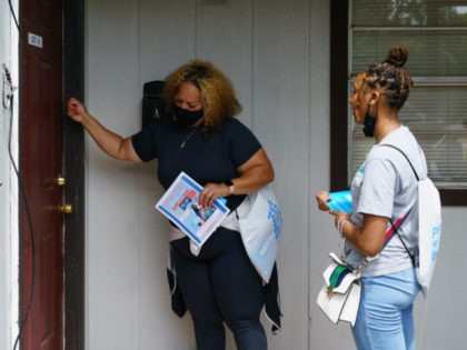 Volunteers and staffers knock on a door during an outreach effort to inform residents about an upcoming COVID-19 vaccination event, on June 30, 2021, in Birmingham, Alabama. - A black minority suspicious of vaccines in general, and conservative white rural people convinced that the vaccine is more dangerous than Covid-19: …