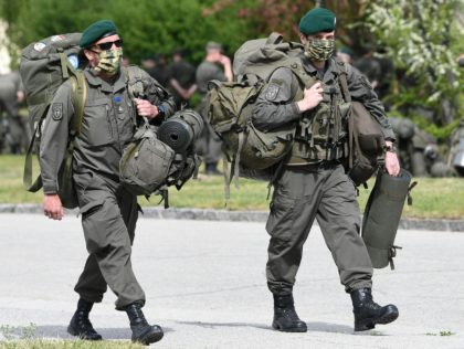 Austrian armed forces soldiers arrive to the RAAB barracks in Mautern, Austria, on May 4, 2020 following a general call-up amid the novel coronavirus COVID-19 pandemic. (Photo by HELMUT FOHRINGER / APA / AFP) / Austria OUT (Photo by HELMUT FOHRINGER/APA/AFP via Getty Images)