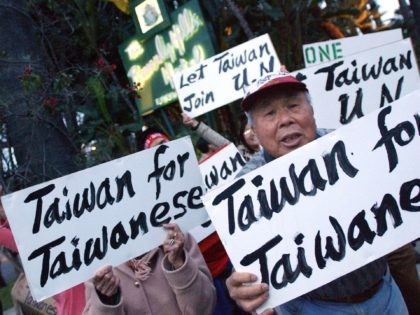 Beverly Hills, UNITED STATES: Demonstrators in support of an independent Taiwan protest the arrival of Ma Ying-Jeou, Taiwan's opposition leader at the Beverly Hills Hotel, 27 March 2006. Ma, tipped as the top contender in 2008 presidential polls, is on a ten day visit to the US promoting Taiwan's role …