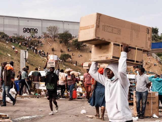 Looting in South Africa (AFP / Getty)
