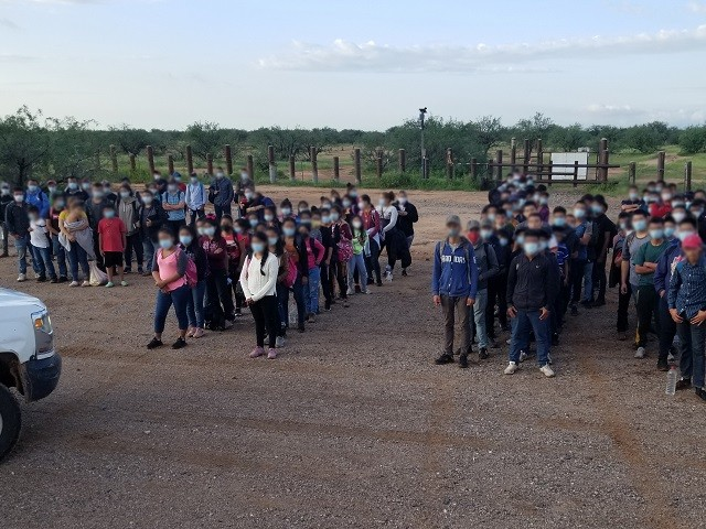 Border Patrol agents apprehend 140 migrants, including 80 unaccompanied children, in the Arizona desert. (Photo: U.S. Border Patrol/Tucson Sector)