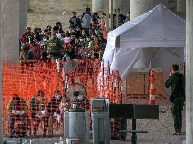 WATCH: Up to 1K Migrants Held in Outdoor Processing Center Under Border Bridge in Texas