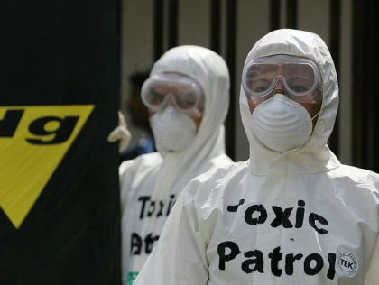 New Delhi, INDIA: Greenpeace environmental activists are dressed in protection suits at a protest during which they presented a giant replica of a HCL laptop (unseen) to the company in front of the corporate head-quarters of Indian technology company, HCL in Noida, New Delhi, 20 March 2007. Greenpeace alleges that …
