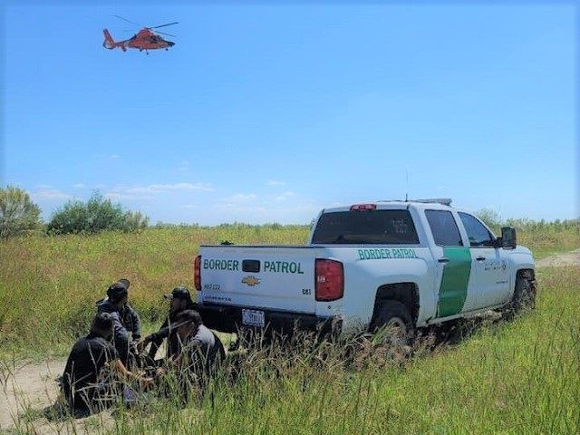 A U.S. Coast Guard helicopter aircrew assists local law enforcement and Border Patrol in apprehending a group of migrants. (Photo: Nueces County Constable's Office Precinct 5)