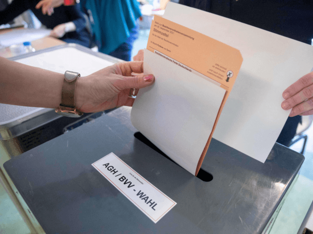 A voter casts a ballot on the election of the Berlin House of Representatives (Abgeordnetenhaus, AGH) and the Pankow district parliament (Bezirksverodnetenversammlung, BVV), at a polling station in Berlin on September 26, 2021, during Berlin State and German federal elections. (Photo by JAN ZAPPNER / AFP) (Photo by JAN ZAPPNER/AFP …