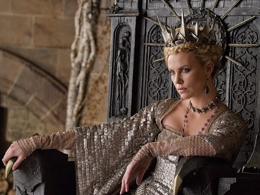'Snow White and the Huntsman' Review: Theron's Evil Queen Keeps Fairy Tale Afloat