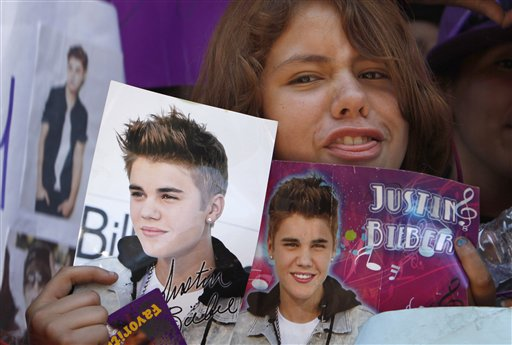 Bieber Fans Throng Mexico City's Main Plaza