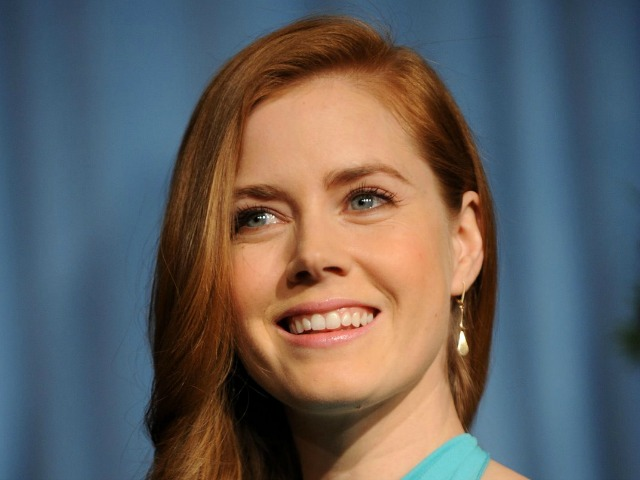 Amy Adams Gives Her First Class Seat to U.S. Soldier, Moves to Coach