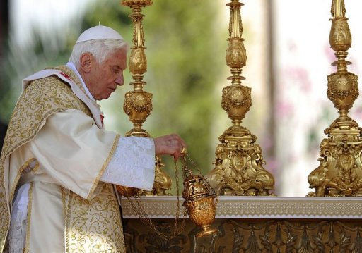 Pope condemns persecution of Christians