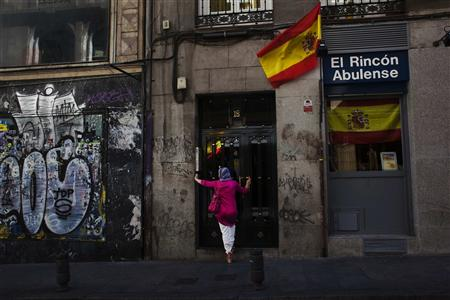 Moody's slashes Spain debt ratings three notches
