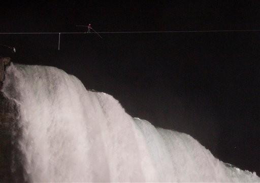 Daredevil Walks Tightrope over Niagara Falls