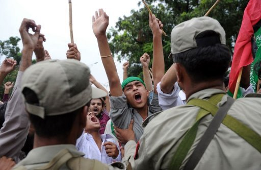 Pakistani Soldiers Hold Back Muslim Protesters Shouting Anti-US Slogans in Islamabad