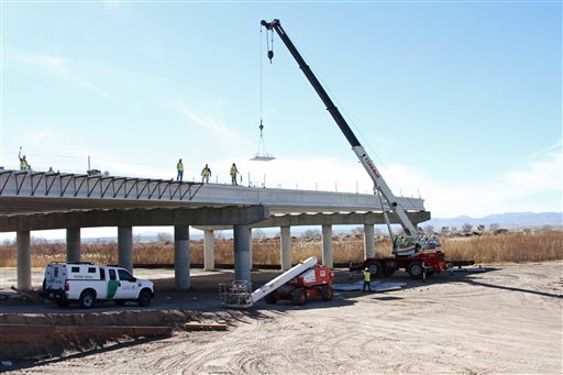 Building of New US-Mexico Border Crossing Stalls