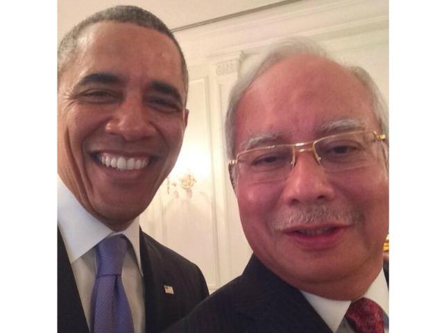 Diploma-Selfie: President Obama Snaps Pic with Malaysian Prime Minister Najib Razak