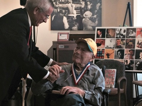 'Matisse I Ain't': Iconic War Photographer Phil Stern Honored at Veterans' Home