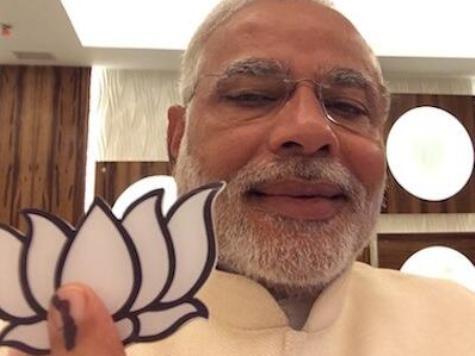"""Indian Media Goes Wild Hoping Modi's """"Selfie"""" Spells His Doom"""