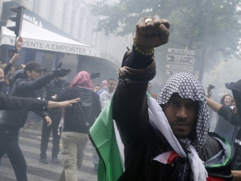 Anti-Israel Protesters Trap Hundreds of Jews in Paris Synagogue