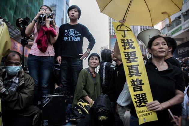 Hong Kong Police Remove More Mongkok Barricades